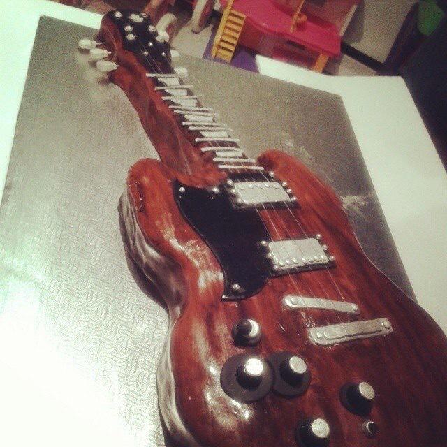 Guitar Cake by Carmen Sweet Creations