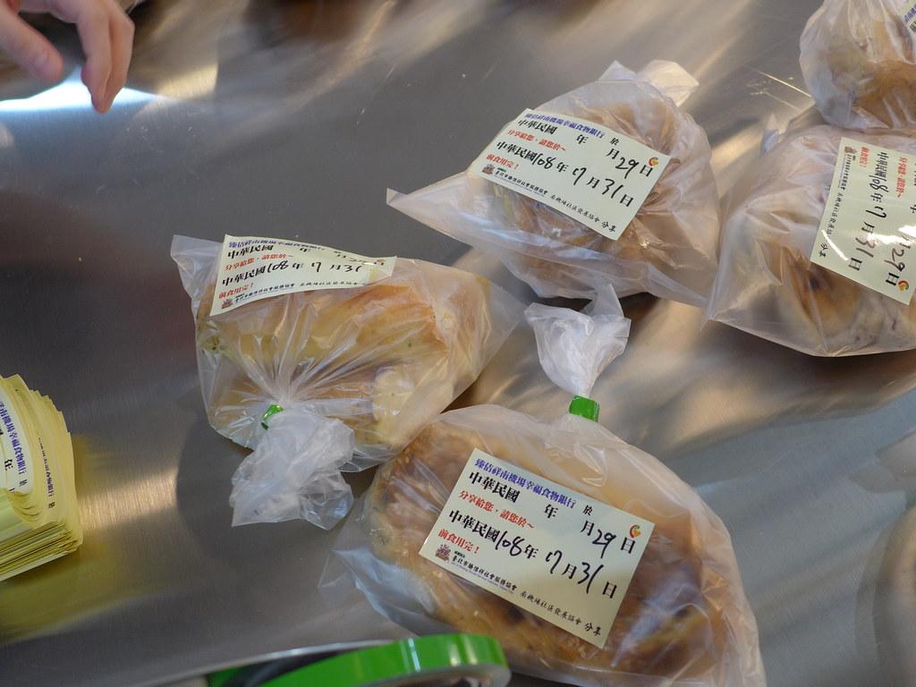 處理過後的續食會貼上標籤確保有效期限內送至各地食物銀行。孫文臨攝