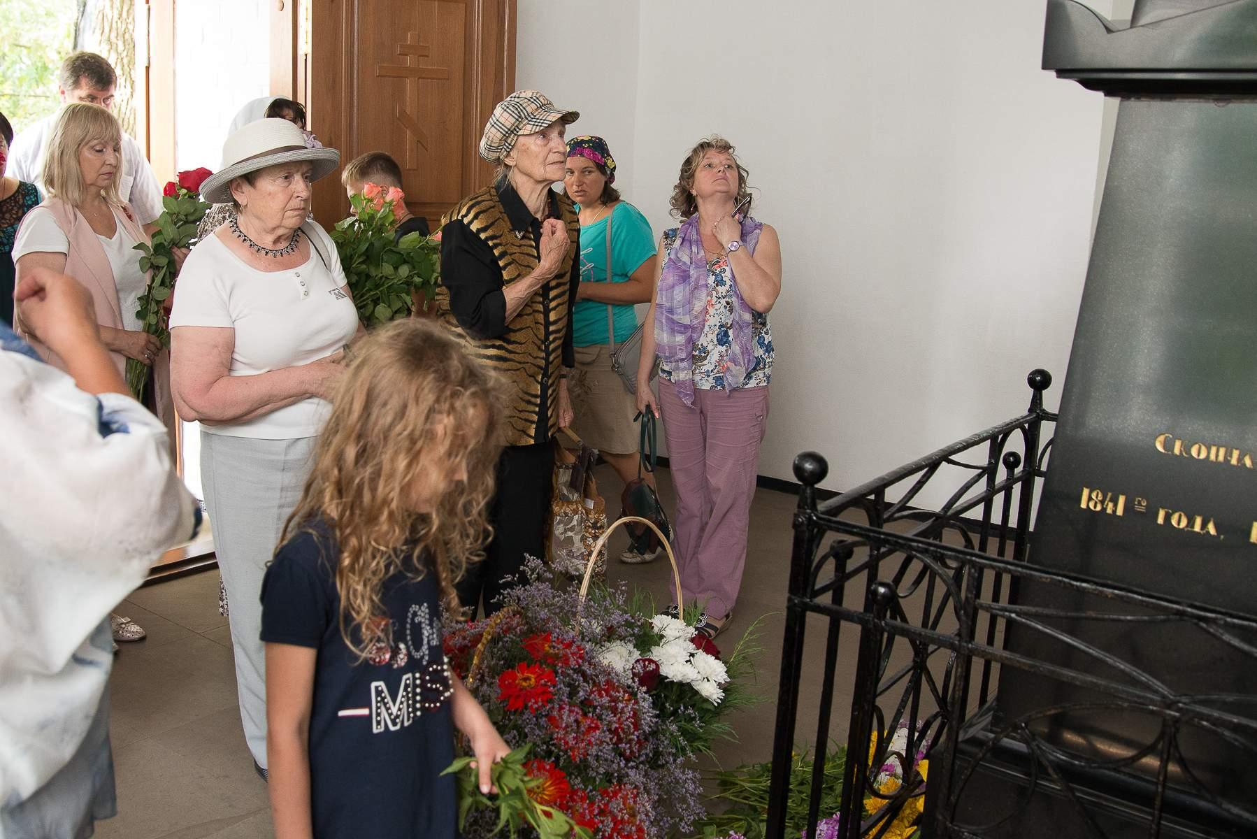 Возложение цветов к могиле поэта. День памяти М.Ю. Лермонтова 27 июля 2019 года в музее «Тарханы».