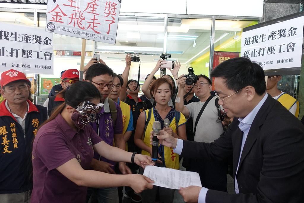 資方代表接下工會陳情書,承諾會和工會協商。(攝影:張智琦)