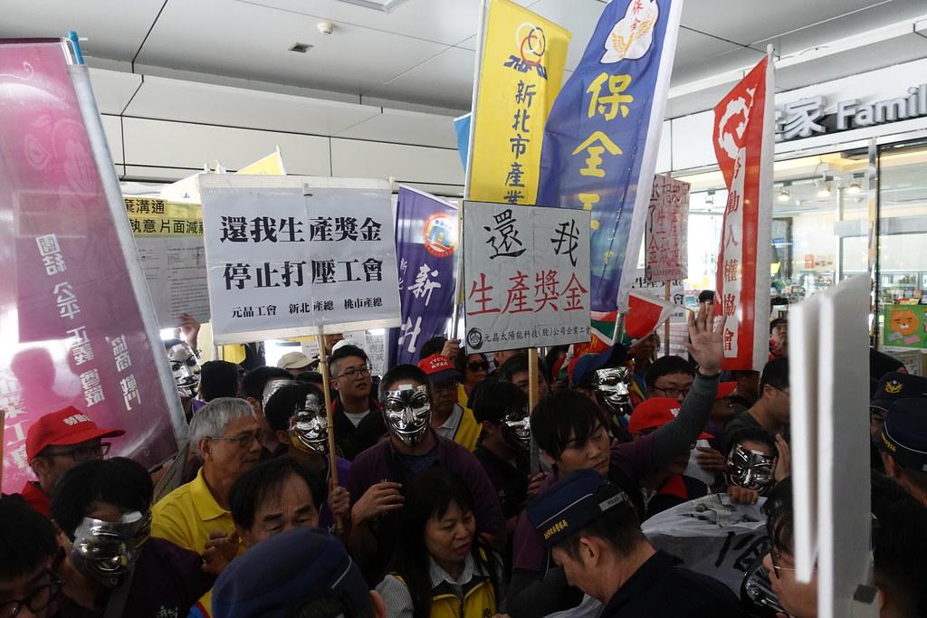 工會衝進公司大門內,終於逼出資方代表出面。(攝影:張智琦)