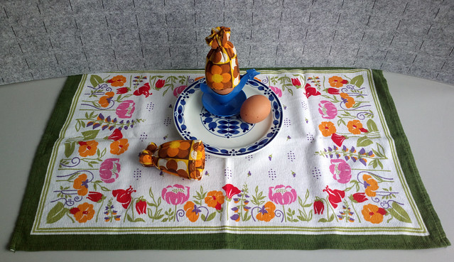 Nimm ein Ei mehr! DDR breakfast with egg cosies, plate by Colditz Porzellan and cloth by malimo (Limbach-Oberfrohna, Sachsen).