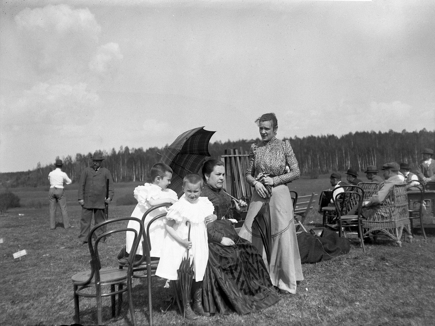 21 1897. Химка. Девочки среди зрителей на стрельбах