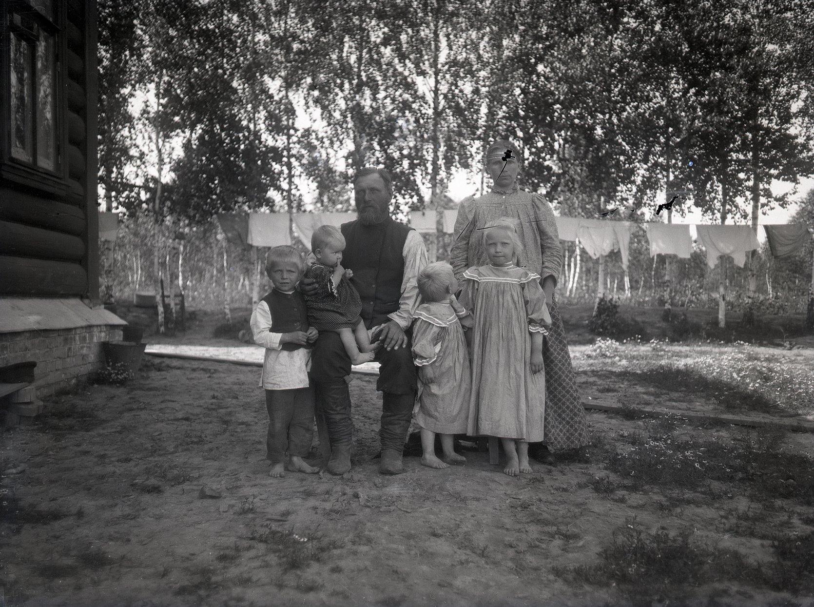 16. 1897. Деревенская семья. Родители и четверо детей