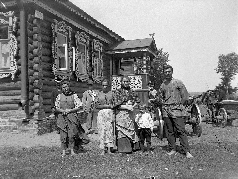 15. 1897. Крестьянская семья на фоне деревенского дома