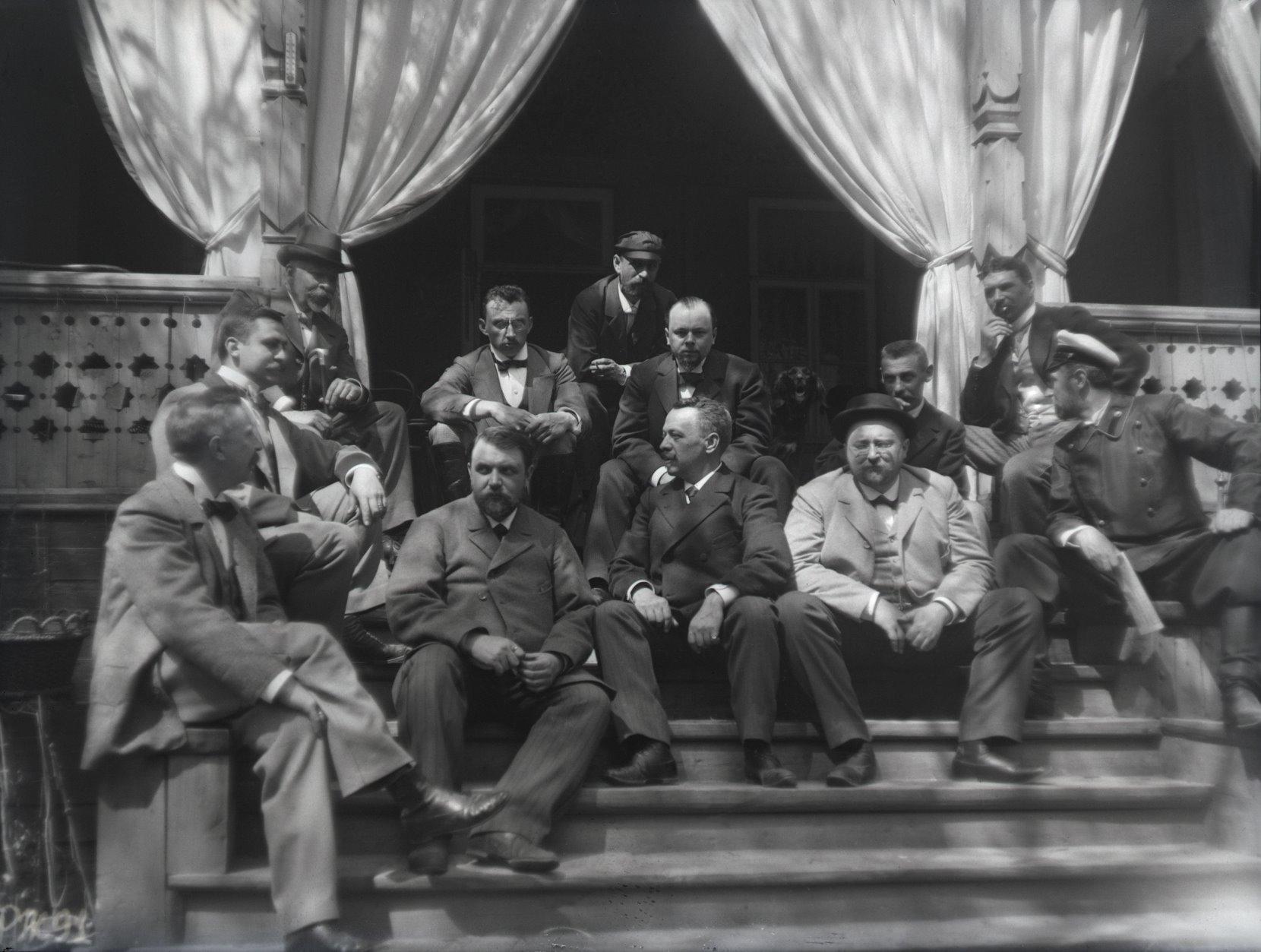 06. 1897. Химка (Московская губерния). На крыльце дачи И.Д. Болдырева