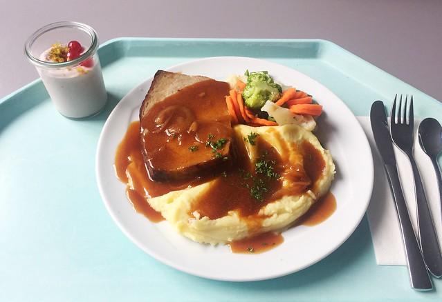 Meatloaf with onion sauce & mashed potatoes / Hackbraten mit Zwiebelsauce & Kartoffelpüree