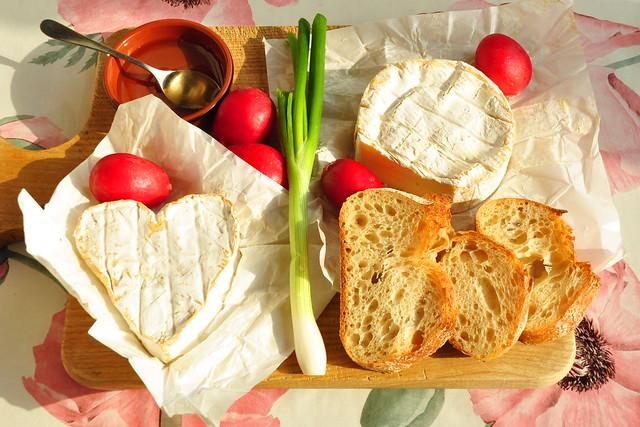 Mai/Juni 2019: Die beiden normannischen Käse (Camembert und Neufchâtel) und das dazu passende Cidre-Gelee ... Foto: Brigitte Stolle