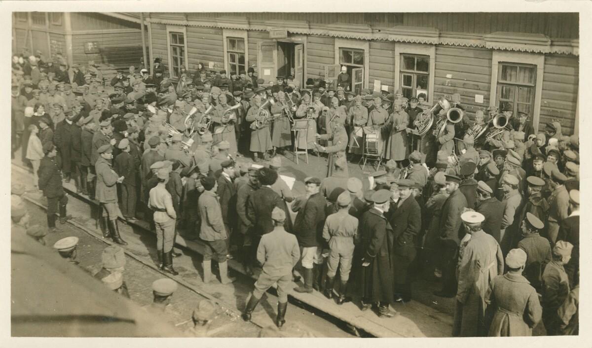 16. Толпа наблюдает за игрой чехословацкого военного оркестра