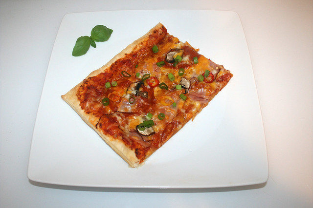10 - Puff pastry pizza with chorizo - Served / Blätterteig-Pizza mit Chorizo - Serviert