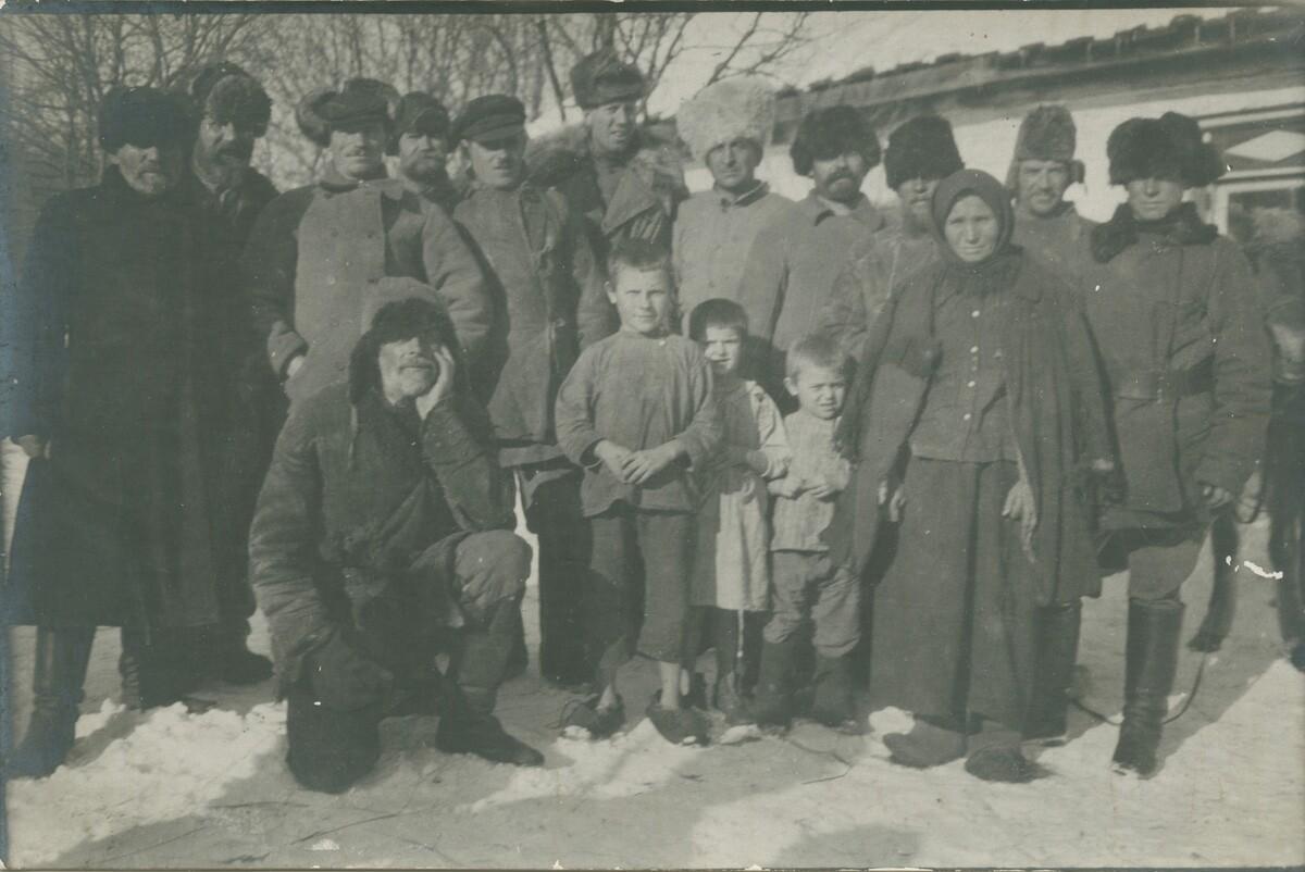 04. Портрет группы русских. Мужчины, женщины и дети в зимней одежде