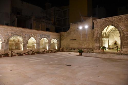 Vista del patio sur iluminado. Se aprecia, en el interior de la capilla, la imagen de la Virgen del Milagro, copia exacta de la original