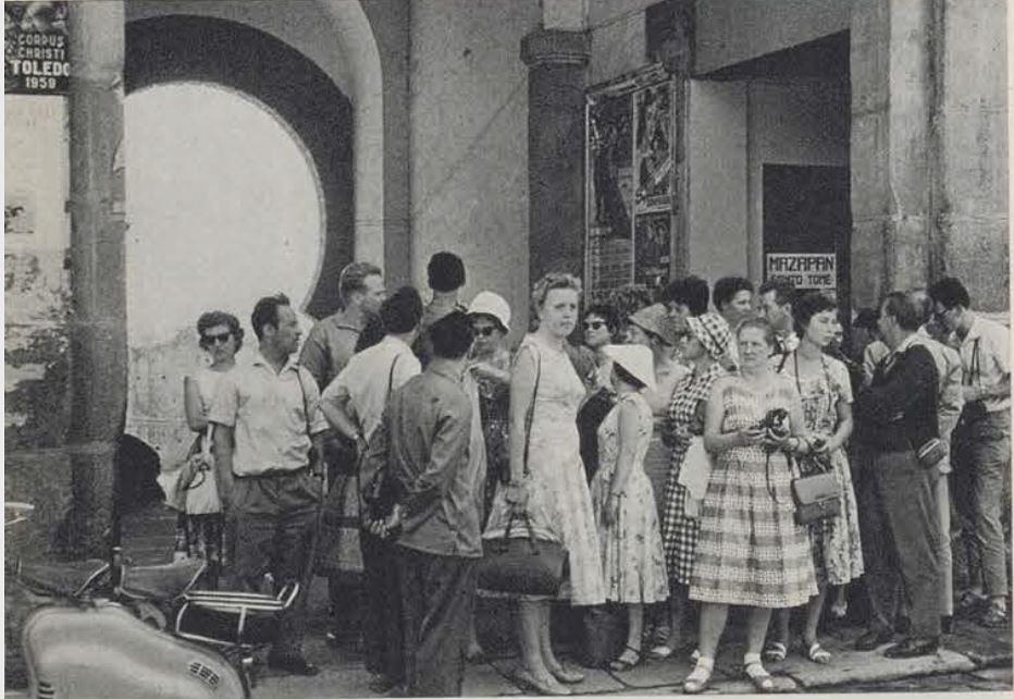 Reportaje sobre el mercadillo del martes en Zocodover con fotos de Ramón Masats. Julio de 1959, Mundo Hispánico