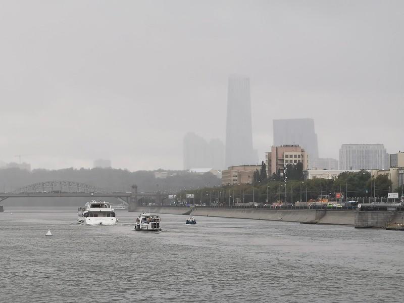 Moskau. der Nebel ueber Wasser