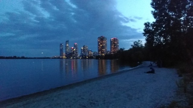 Starting to glitter #toronto #humberbayshores #skyline #evening #lights #towers #beach #lakeontario #humberbay