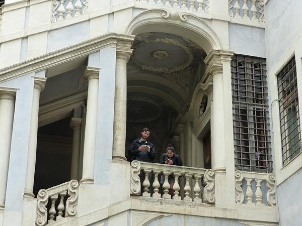dans les escaliers du palais