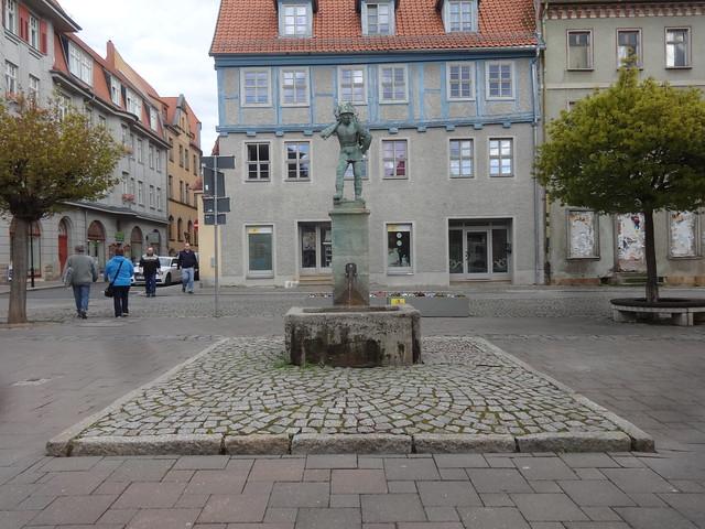 1914 Aschersleben Holzsammler auf Trogbrunnen Brunnenfigur von Bernhard Frydag Bronze Holzmarkt in 06449