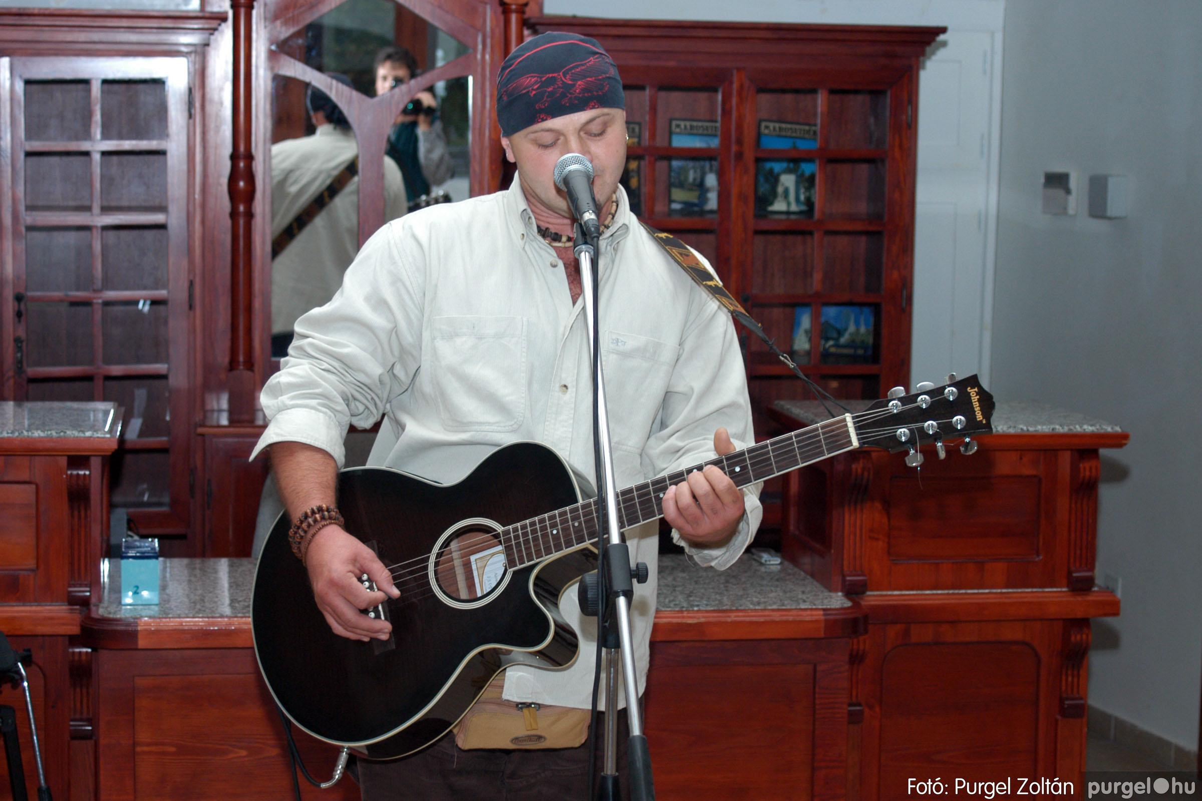 2003.10.11. 011 Kulbert György fafaragó kiállítása Makón - Fotó:PURGEL ZOLTÁN© DSC_0015q.jpg