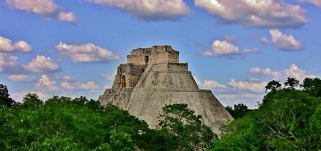 MEXIKO,Yucatán , Uxmal- ehem. Mayastadt  , Die Pyramide des Zauberers ragt aus dem Dschungel, , 19153/11812