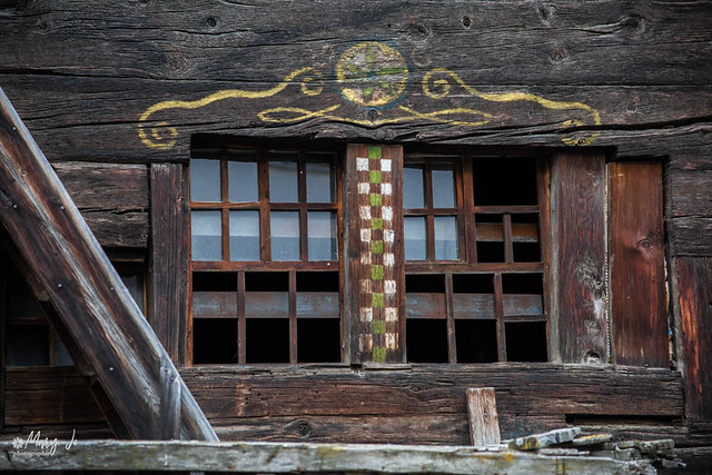 Détails d'une vieille maison du village de Zermatt ( Suisse ) ...   Details of an old house in the village of Zermatt (Switzerland) ...