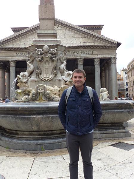 clem devant le Panthéon