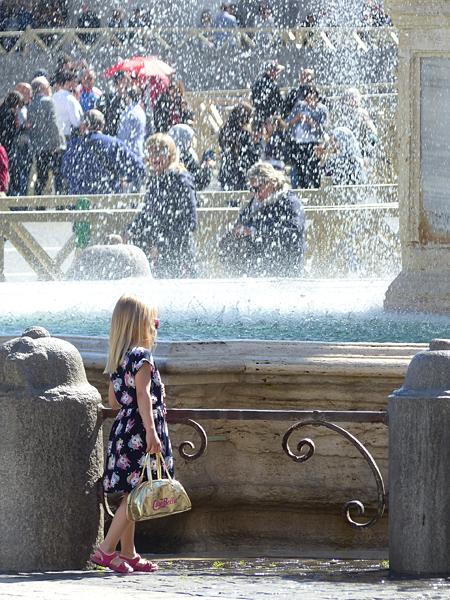 petiet fille à la fontaine