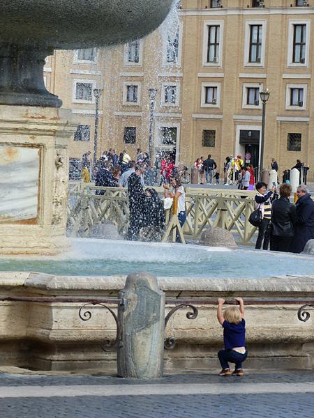 petit gars à la fontaine