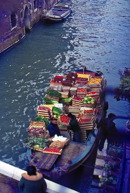 Vivere a Venezia: il barcone del fruttivendolo