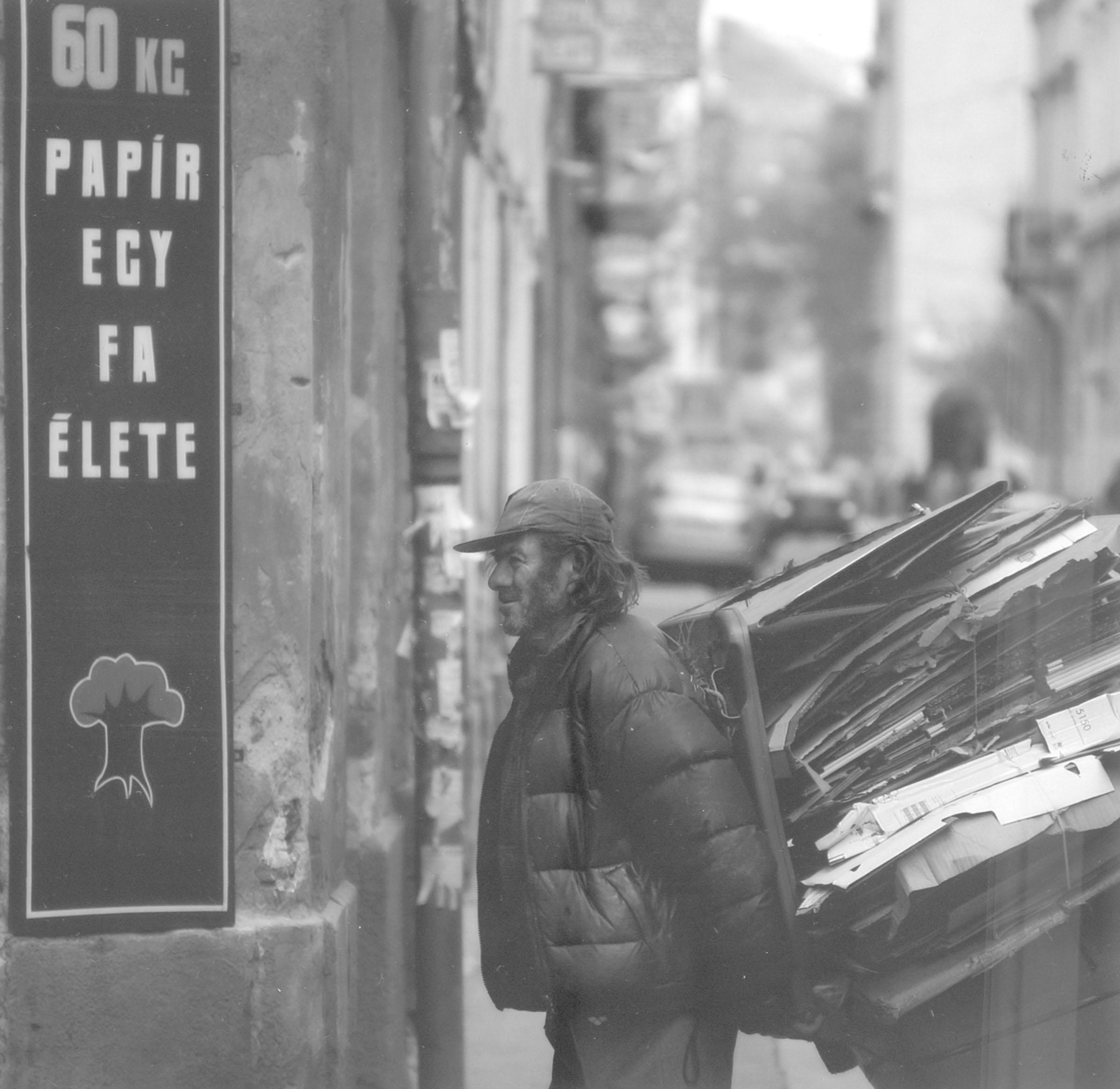 2004.09.18. Hétköznapok fotópályázat - Nyulászi Zsolt - 60 kg papír.jpg