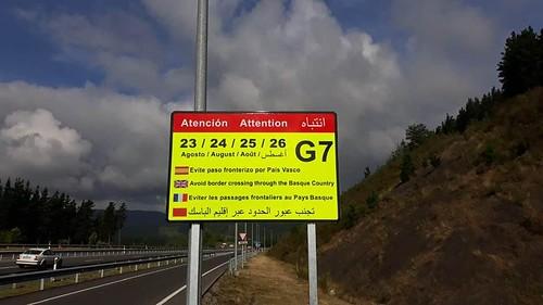 Cartel de carretera pidiendo evitar el paso fronterizo