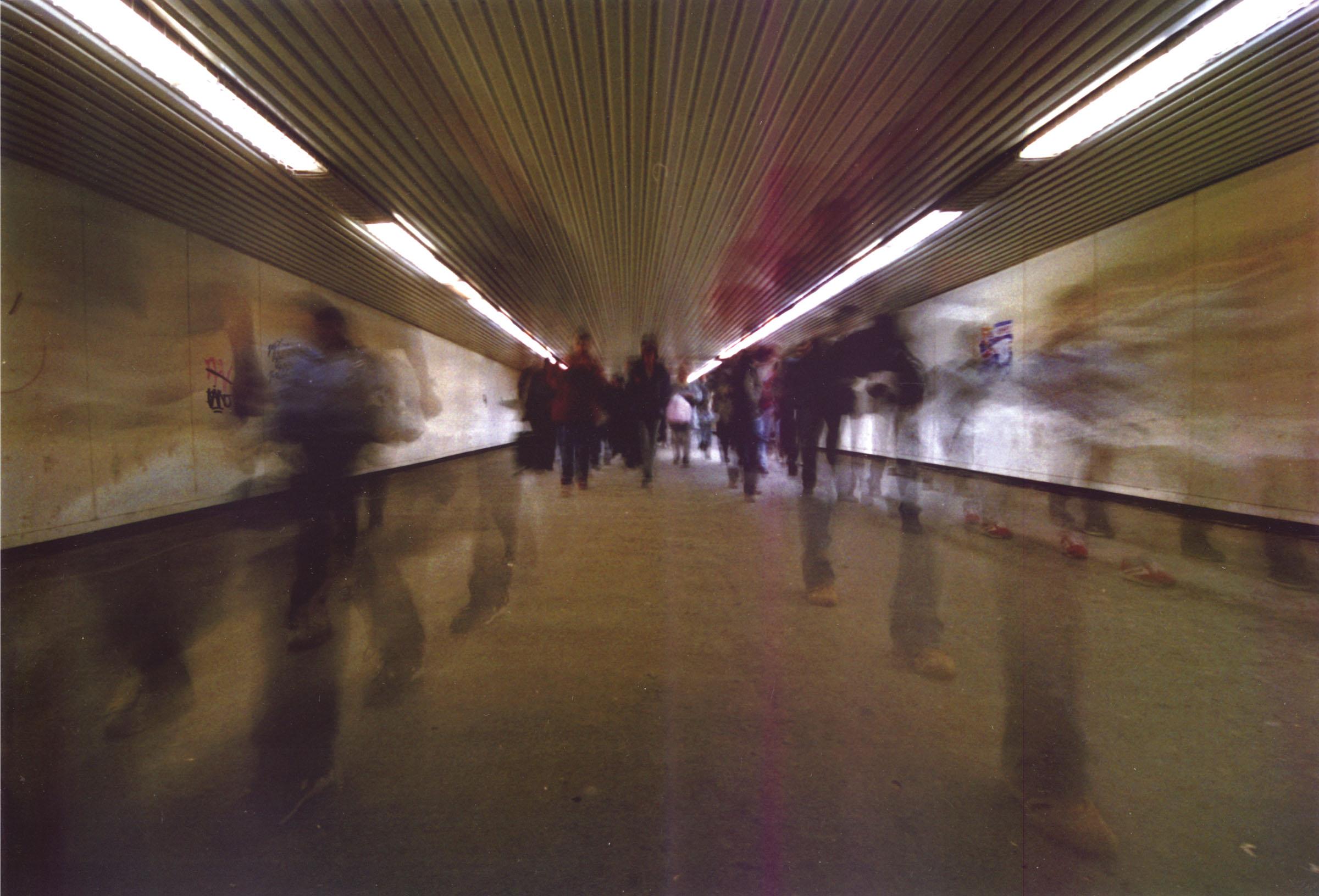 2004.09.18. Hétköznapok fotópályázat - Bakos Veronika - Szellemek az aluljáróban.jpg