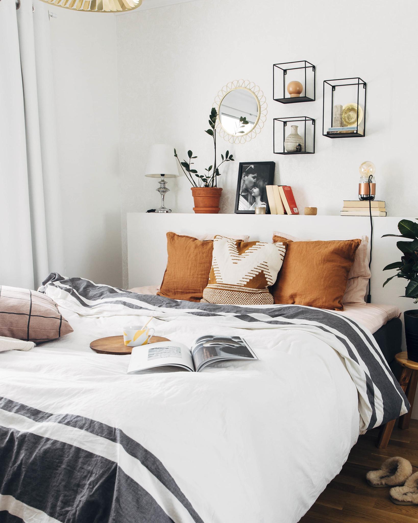 Vaalea, boheemiin tyyliin sisustettu makuuhuone.