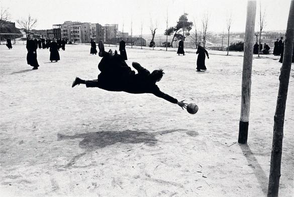 """""""Seminaristas jugando a fútbol"""" (Madrid, 1959) por Ramón Masats"""