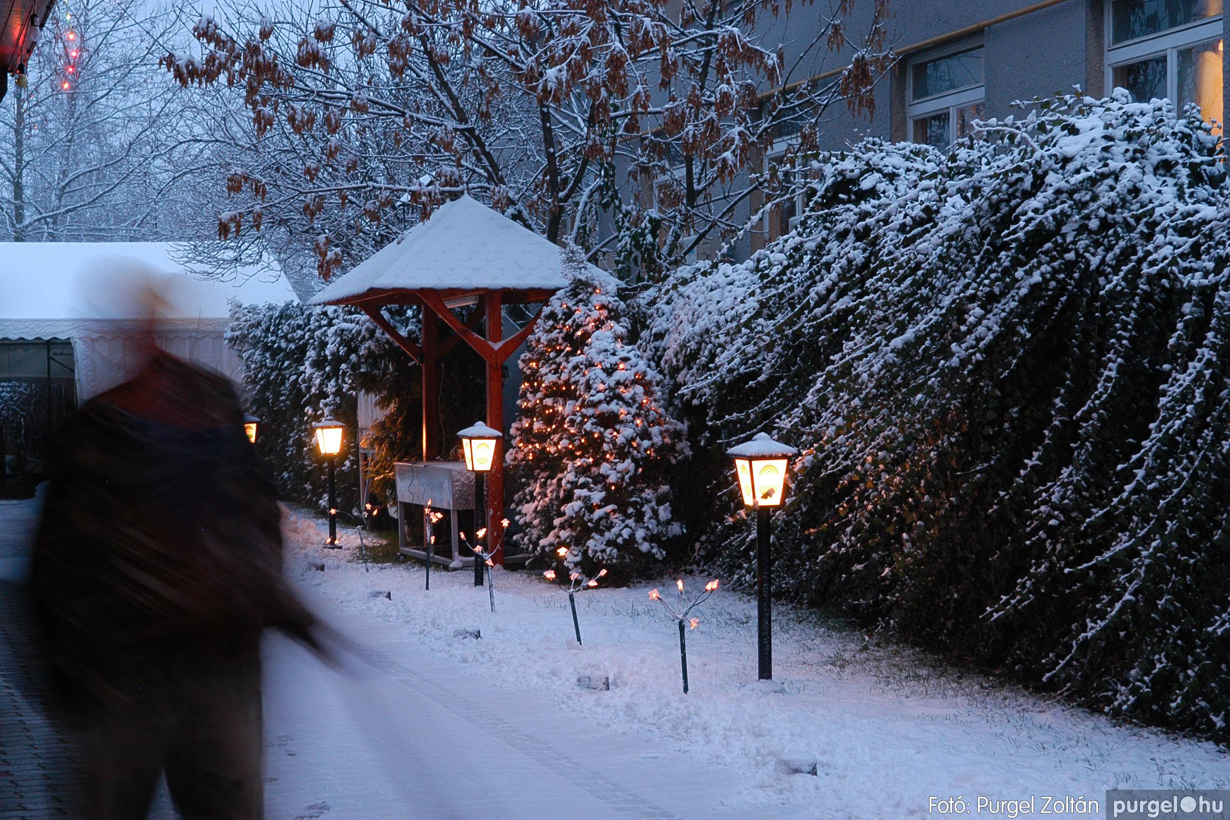 2005.12.22. 001 Télesti séta a Szabadság téren - Fotó:PURGEL ZOLTÁN© DSC_0102q.jpg