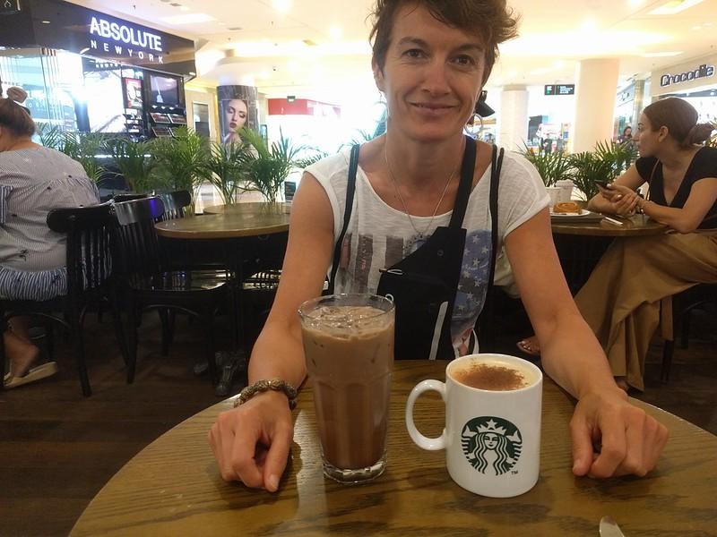 En Starbucks con taza