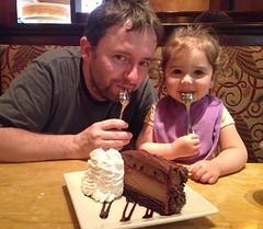Julio 2014. Boston. Momentos previos a compartir con mi compañera de chocolates... Sophie (dos años ahí), un cheesecake Hershey en Cheeesecake Factory :heart_eyes: #latergram #cheesecakefactory