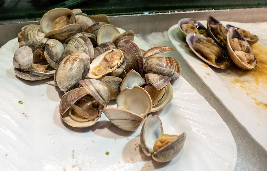 Fresh clams at Jogoya Starhill Gallery.