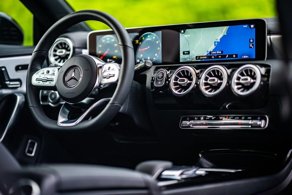 The new CLA導入MBUX多媒體系統,結合10.25吋寬螢幕數位儀表板與10.25吋觸控中央螢幕