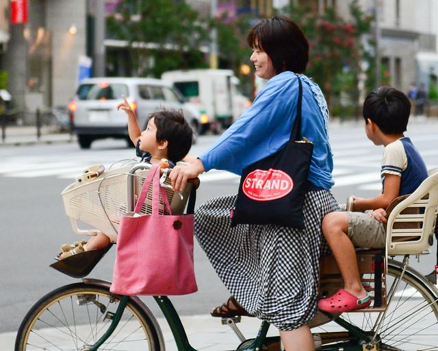 Familia japonesa en bicicleta por las calles de Kioto