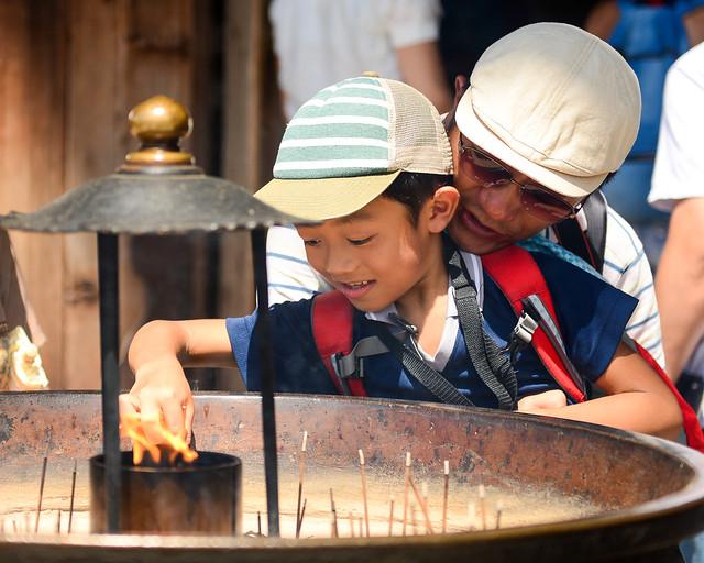 Una familia a las puertas de uno de los templos de Kioto