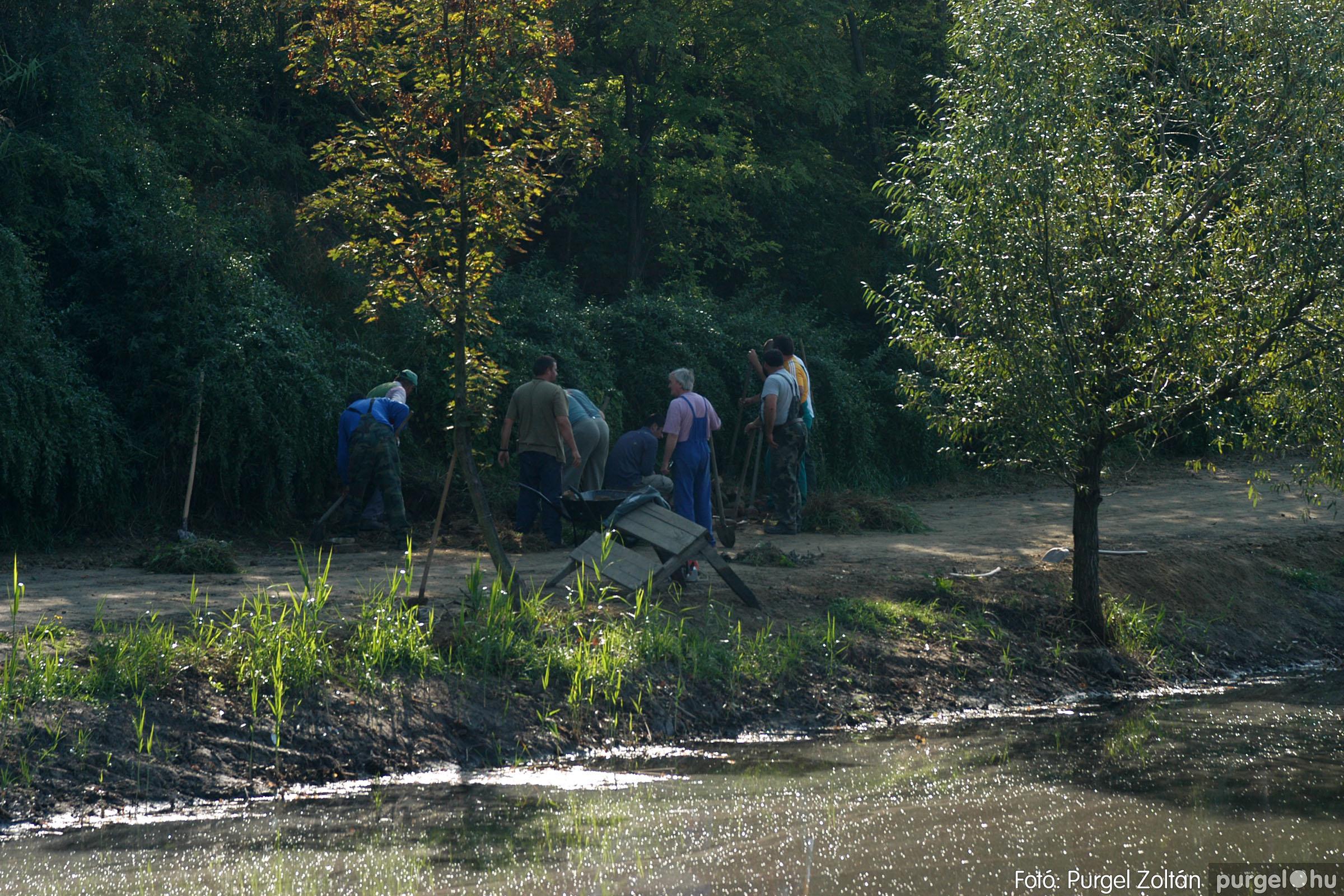2006.09.24. 002 Tereprendezés és faültetés a Kurca-parti sétányon - Fotó:PURGEL ZOLTÁN© DSC_0027q.jpg