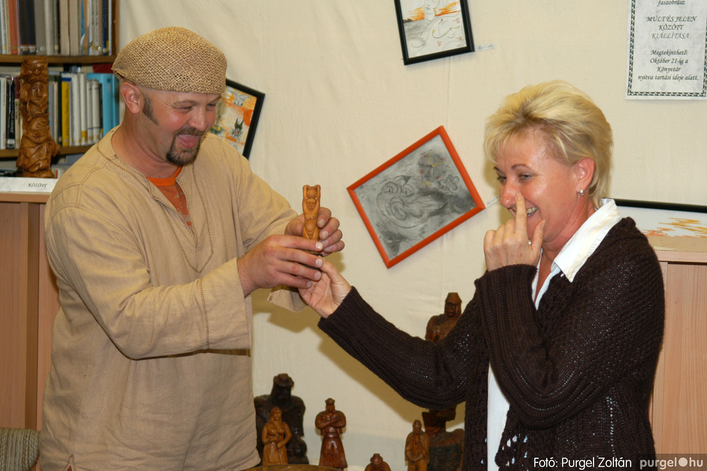 2006.10.08. 013 Kulbert György fafaragó kiállítása - Fotó:PURGEL ZOLTÁN© DSC_0089q.jpg
