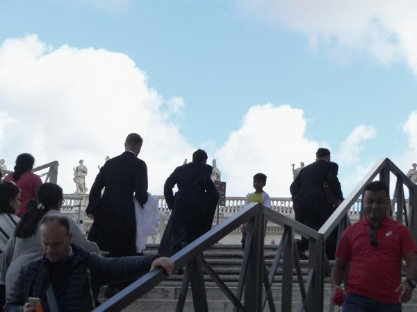 trois jeunes prêtres