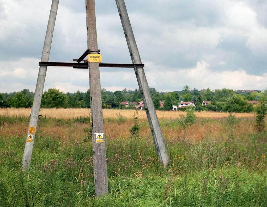 Nietutejszy słup / Pole, out of its place
