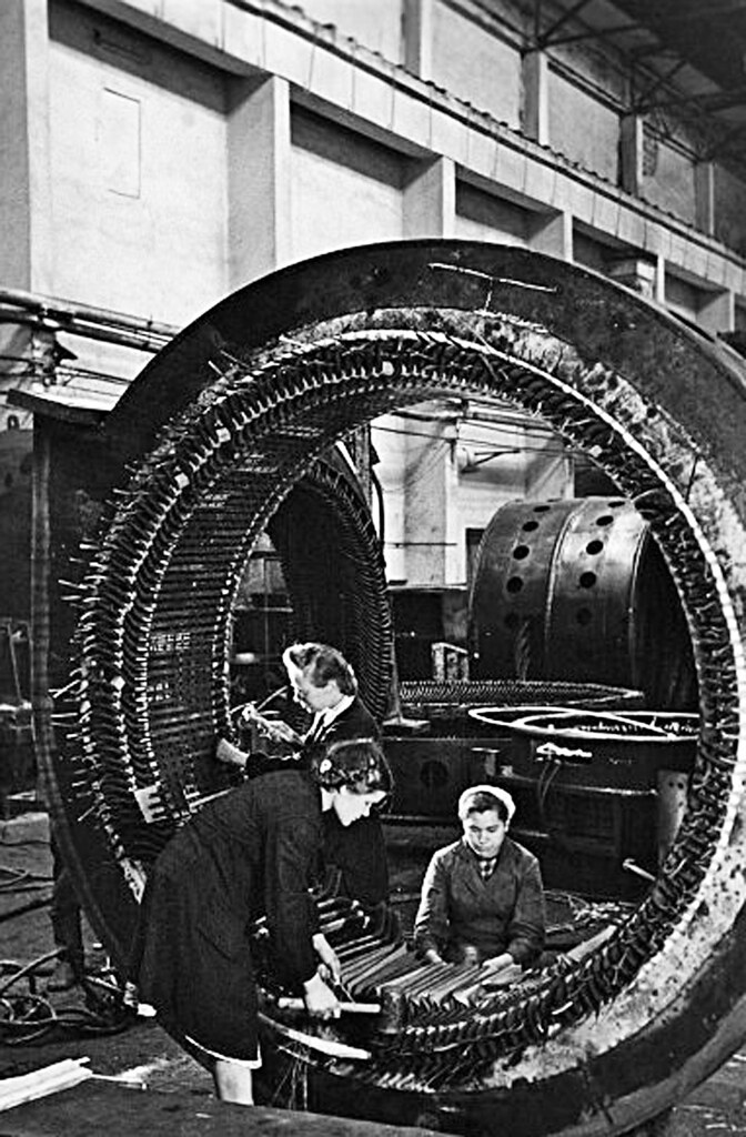 1950. Бригада изолировщиц завода «Уралэлектроаппарат» за изолировкой статора синхронной машины