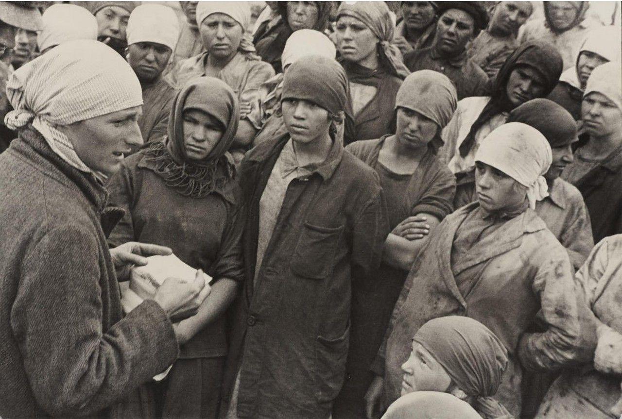 1930. «По призыву комсомола – на шахту!» Работницы на шахте «Горловка».