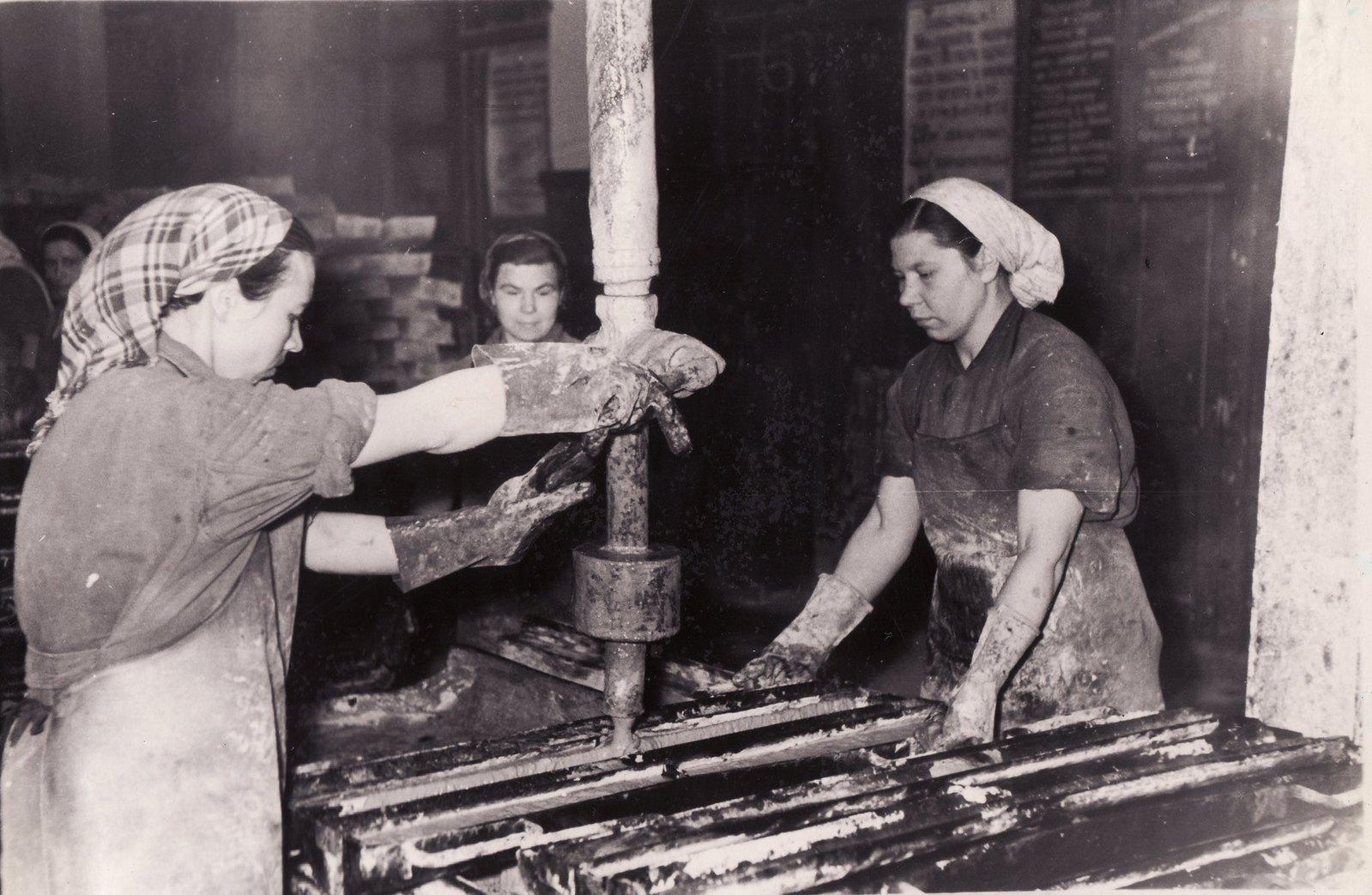 1965. Инзенский диатомовый комбинат. Формовка