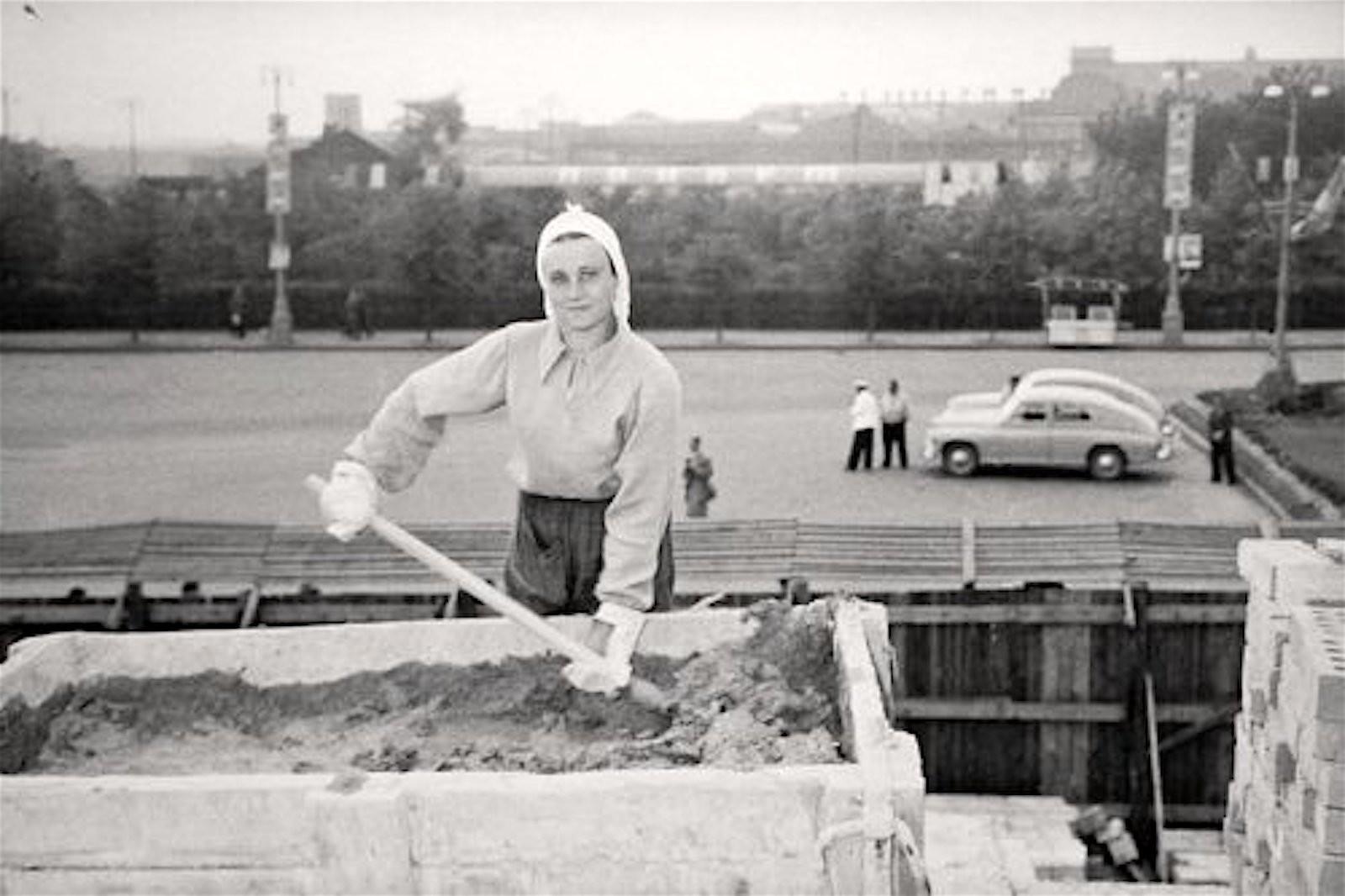 1957. Женщина бетонщица за работой
