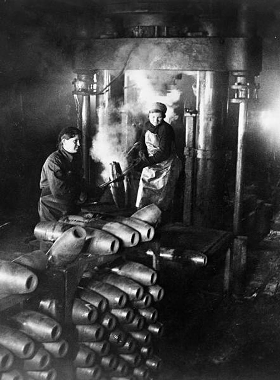 1942. Женщины в цехе завода изготавливают снаряды