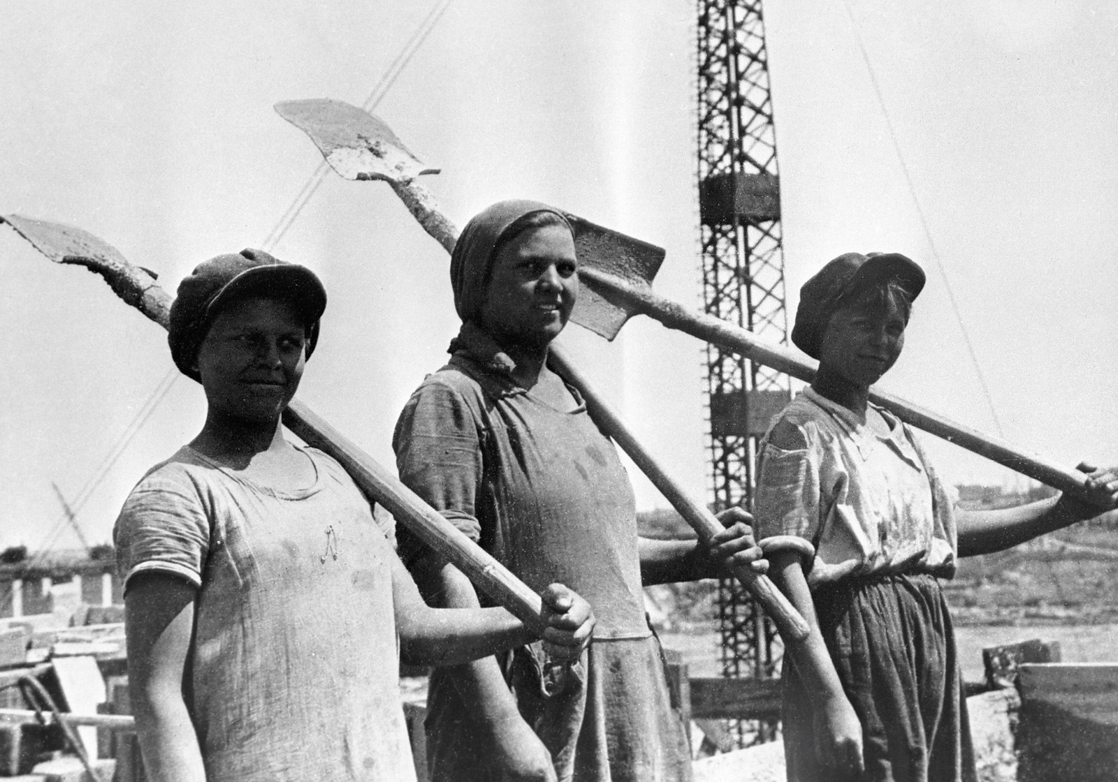 1931. Группа комсомолок-бетонщиц на строительстве Днепрогэса